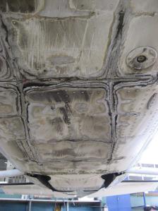Skader på undersiden av en C210, sett bakover mot halen. (Foto: Norrønafly Rakkestad)