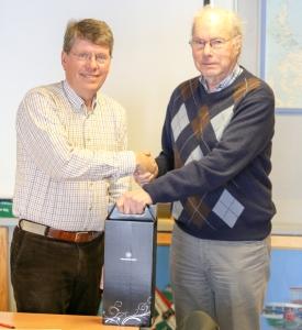 AOPA-president Torkel Hasle takket Paul Davidsen for lang to tro tjeneste.